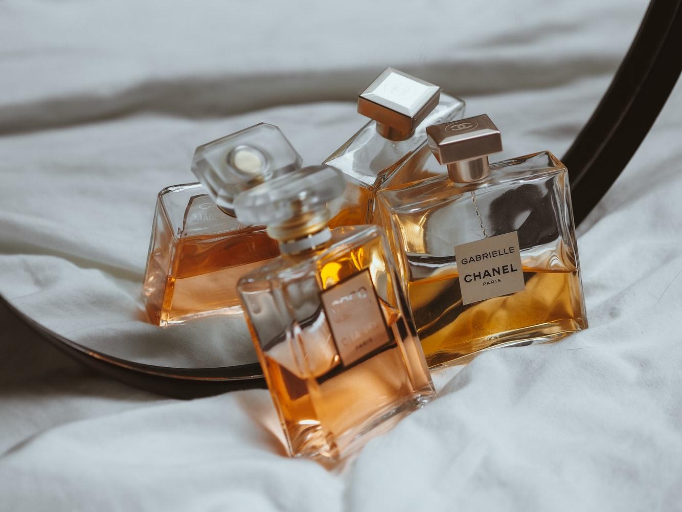 Sådan får du mere ud af dine parfumer