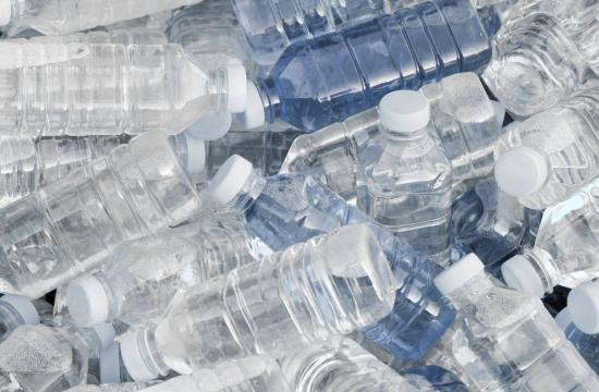 Landsby bygget på plastikflasker