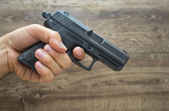 Betjent får bøde for at glemme pistol på WC