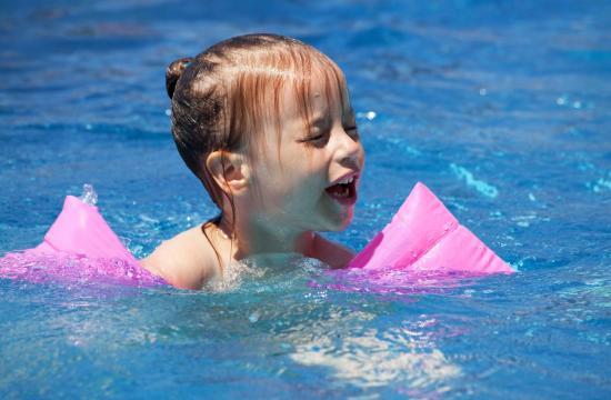 Hvert andet danske barn svømmer dårligt