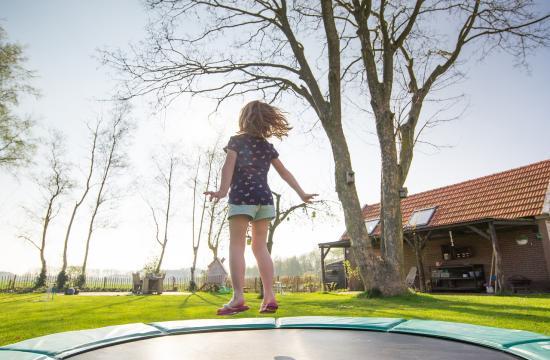 Sådan hopper du sikkert på en nedgravet trampolin