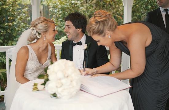 Se her, hvordan bryllupsgæst stjæler billedet!